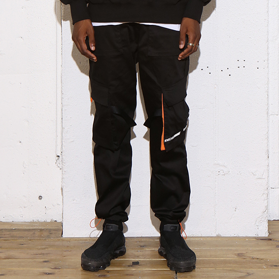 [알디브이제트] DIAGONAL POCKET CARGO PANTS BLACK